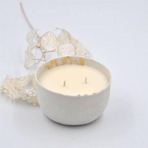 Bougie parfumée petite madeleine par Myriam Aït Amar dans un bol en porcelaine réhaussé d'or fin. Bougie 100% naturelle et porcelaine fabriquées en France