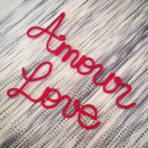 Mot d'amour en tricotin fait main. Message Amour et Love en rouge. Tricotin réalisé à la main en France, spécialement pour Pivoines and love