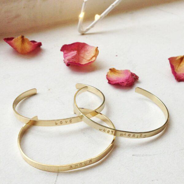 Bracelet jonc doré message LOVE fait main en France par Delphes. Bijou personnalisé plaqué or. Acheter en ligne et boutique Paris