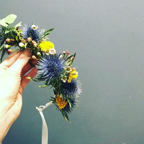 Atelier DIY de couronnes de fleurs organisé à Paris 11ème par Pivoines and love et Atelier Carmin pour vous préparer à votre mariage ou pour un EVJF