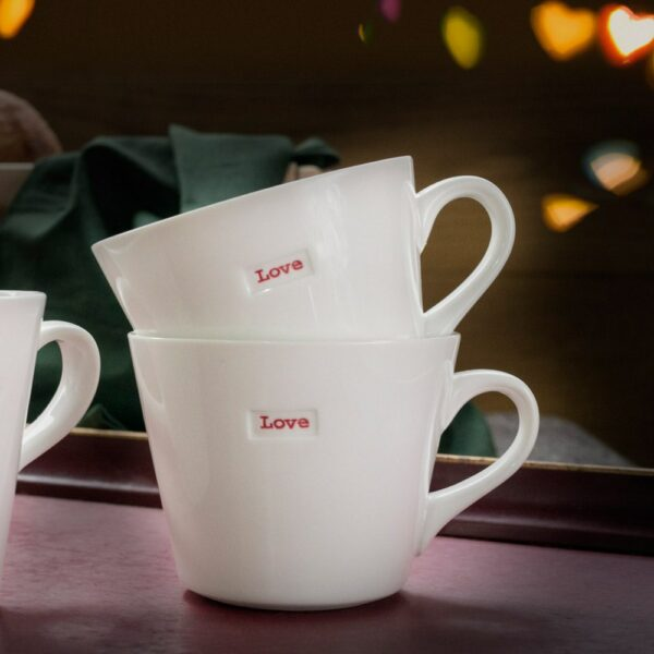 Set de 2 mugs Love en porcelaine. Boîte cadeau tasses ou mugs avec mot Love. En stock, livraison express et en vente aussi dans notre boutique à Paris