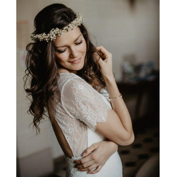 Couronne de fleurs stabilisées couleur crème et perles. Fleurs naturelles gypsophile pour mariage. Disponible en ligne et dans notre boutique à Paris