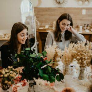 Atelier DIY couronne de fleurs pour votre groupe. Atelier couronnes de fleurs pour un EVJF, un anniversaire ou un groupe pro. A Paris ou à domicile