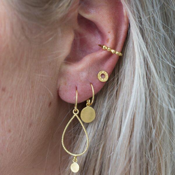 Boucles d'oreille avec pendentif médaille or. Bijou bohème chic en argent et plaqué or fait main. Disponible dans notre boutique à Paris et en ligne