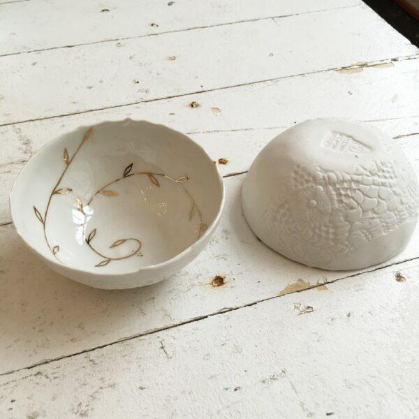 Coupelle bol en porcelaine Myriam Aït Amar à décor de feuille d'or. Cadeau porcelaine. Fait main en France. Disponible en ligne et dans notre boutique Paris