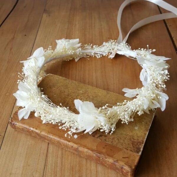 Couronne de fleurs stabilisées écru et perles. Couronne de fleurs naturelles mariage ou autre fête. Disponible en ligne et dans notre boutique à Paris