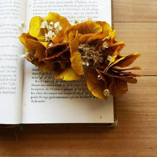 Peigne fleurs hortensia jaune et perles. Accessoire de cheveux fleurs stabilisées et séchées pour mariée. Disponible en ligne et dans notre boutique à Paris