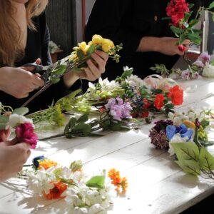Atelier DIY couronne de fleurs artificielles pour votre groupe. Atelier couronnes de fleurs pour un EVJF ou un groupe pro. A Paris ou à domicile