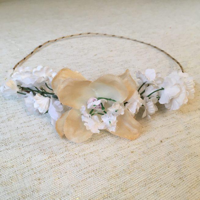 Couronne de fleurs artificielles coloris blanc écru faite main par Isabelle de Paris. Couronnes fleurs petits prix dispo boutique paris ou achat en ligne