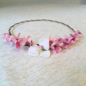 Couronne de fleurs artificielles coloris rose faite main par Isabelle de Paris. Couronnes fleurs petits prix dispo boutique paris ou achat en ligne