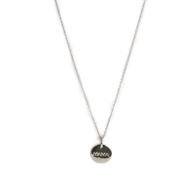 Collier argent médaille gravée Mama. Ce collier gravé est un super cadeau pour une jeune maman. Bijou en argent sterling et plaqué or. Boutique Paris