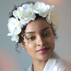 Couronne de fleurs artificielles orchidées blanches. Couronne de fleurs synthétiques faite main à Paris. Couronne pour mariage ou quotidien. Boutique Paris