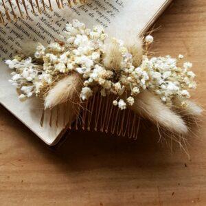 Peigne écru et beige en fleurs stabilisées. Accessoire de cheveux fleurs pour mariée et témoin. Disponible en ligne et dans notre boutique à Paris