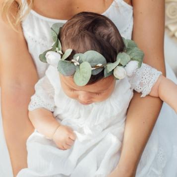 Couronne de fleurs eucalyptus fille Maelle Les Petits Inclassables pour un look bohème pour un mariage, une fête ou autre cérémonie. Dispo boutique Paris