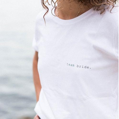 Tee-shirt Buttée team bride à porter lors d'un EVJF ou le lendemain du mariage. Tee shirt blanc à message mariage. Acheter boutique Paris et en ligne