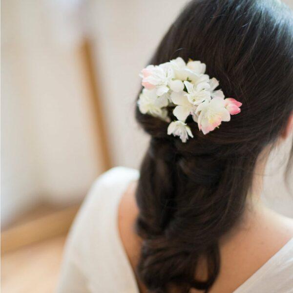 Barrette de fleurs artificielles blanches et pastel fait main à Paris pour mariage. Accessoire de cheveux disponible boutique à Paris et en ligne