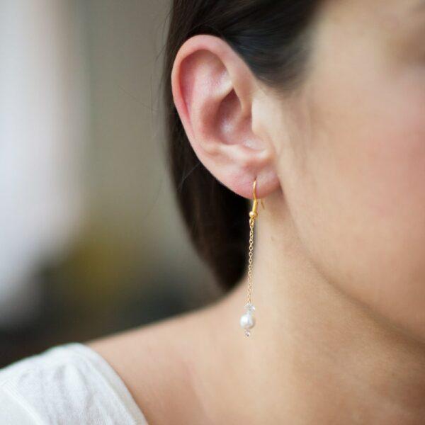 Boucles d'oreille dorées, perles et cristaux. Bijou accessoire mariée créateur fait main en France. Acheter boutique Paris ou en ligne