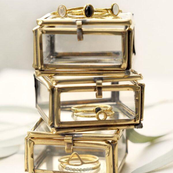 Bague en argent sterling plaqué or et pierres labradorite faite main. Bijou pierre bleue grise disponible en ligne et dans notre boutique à Paris