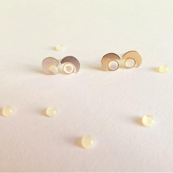 Puces d'oreille Moon ornées de pierres de couleur. Petites boucles d'oreille en forme de lune dorées ou argentées. Bijou fait main, acheter boutique Paris