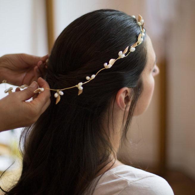 Accessoire de cheveux tiare métallisée feuilles et perles. Accessoire de tête pour mariée pour chignon ou coiffure wavy. Acheter boutique Paris ou en ligne