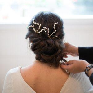 Accessoire de cheveux Ensemble de deux pics à chignon ornés de perles pour coiffure chignon de mariée. Acheter boutique Paris ou en ligne