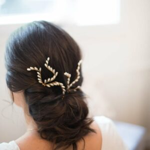 Ensemble de deux pics à chignon ornés de perles. Accessoire de tête pour coiffure chignon de mariée. Acheter boutique Paris ou en ligne