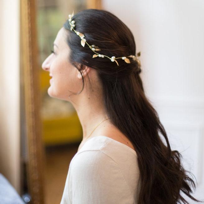 Accessoire de cheveux tiare feuilles et perles. Accessoire de tête pour mariée pour chignon ou couronne ou coiffure wavy. Acheter boutique Paris ou en ligne