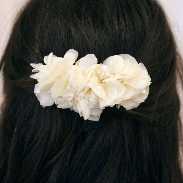 Peigne fleurs hortensia blanc et perles. Accessoire de cheveux fleurs stabilisées pour mariée. Disponible en ligne et dans notre boutique à Paris