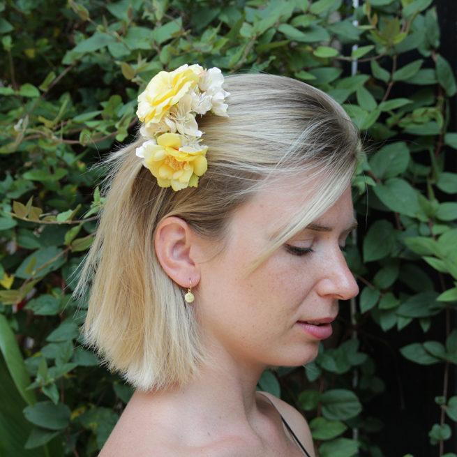 Peigne de fleurs artificielles colorées jaunes ou roses fait main à Paris pour mariage. Accessoire de cheveux disponible boutique à Paris et en ligne