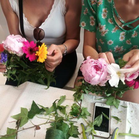 Bar/Atelier à couronnes de fleurs lors d'un évènement corporate ou privé : mariage, baby shower... Animation champêtre à Paris et en France
