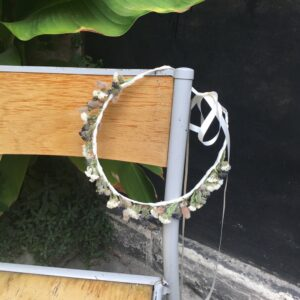 Couronne de fleurs séchées coloris beige et bleu pour mariée. Accessoire de cheveux fleurs. Acheter en ligne ou en boutique à Paris