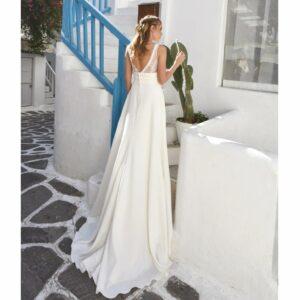 Bo'M Robe de mariée longue Marina. Robe bohème chic disponible dans notre boutique mariage à Paris 11ème. Prendre un RDV privé