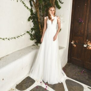 Robe de mariée longue Helena. Robe bohème chic dentelle disponible dans notre boutique mariage à Paris 11ème. Prendre un RDV privé