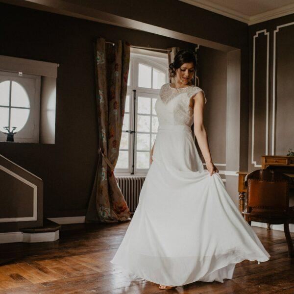 Robe de mariée longue Emma. Robe bohème chic dentelle disponible dans notre boutique mariage à Paris 11ème. Prendre un RDV privé