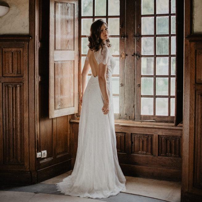 Robe de mariée longue Hannah. Robe bohème chic dentelle disponible dans notre boutique mariage à Paris 11ème. Prendre un RDV privé