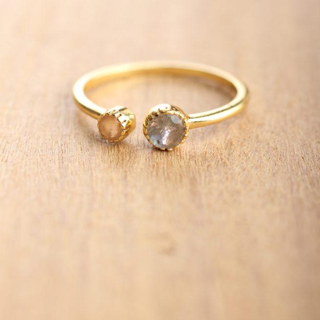 Bague plaqué or ornée de deux différentes pierres pastel. Bijou plaqué or et pierres de couleur. Acheter en ligne et dans notre boutique à Paris
