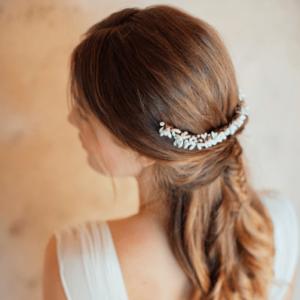 Accessoire de cheveux Tiare Sophia. Accessoires mariée pour coiffure bohème. Bijou de tête perles naturelles. Acheter en ligne et boutique Paris