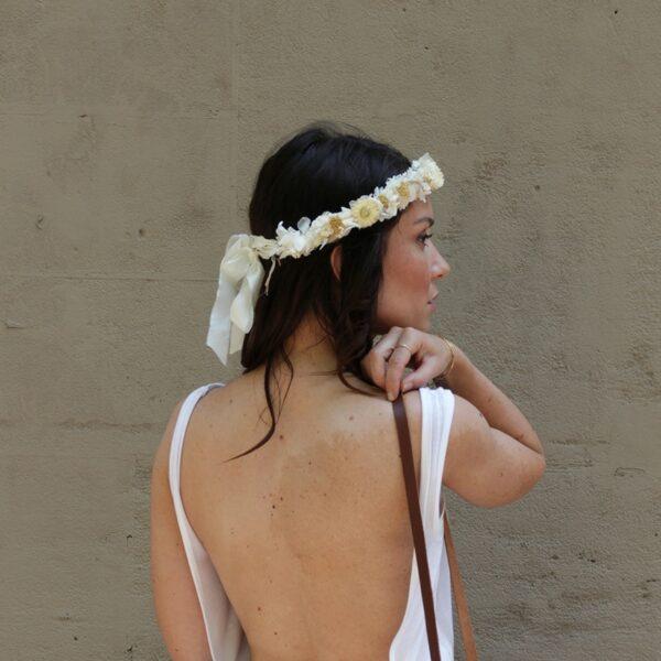 Couronne de fleurs stabilisées et séchées Dune. Accessoires de tête fleurs naturelles pour mariée, témoins ou quotidien. Boutique Paris