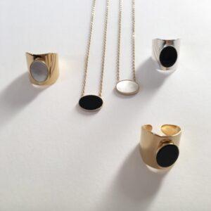 Collier médaillon pierre noire ou blanche Pia. Bijou médaillon pierre simple ovale sur chaîne plaqué or ou argent. Acheter boutique Paris et en ligne