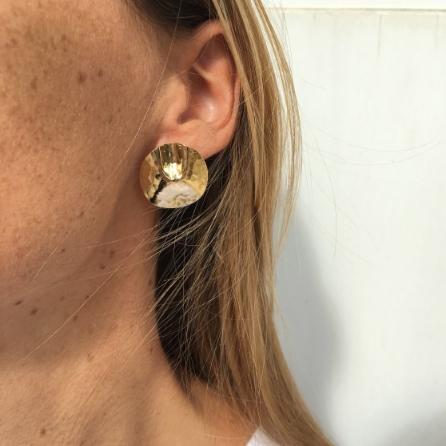 Boucles d'oreille en métal froissé Isabella. Bijou graphique métal. Boucles stylées moins de 50€. Acheter boutique Paris et en ligne