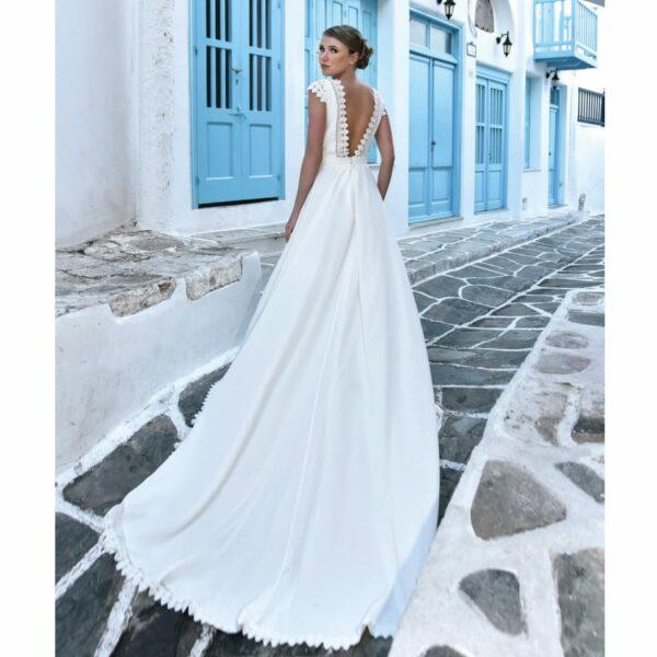Robe de mariée longue Alix. Robe bohème chic mousseline et guipure disponible dans notre boutique mariage à Paris 11ème. Prendre un RDV privé