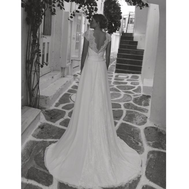 Robe de mariée longue Jeanne. Robe bohème chic mousseline et guipure disponible dans notre boutique mariage à Paris 11ème. Prendre un RDV privé