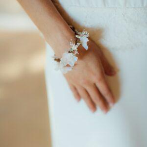 Accessoire Bracelet fleuri Daphné. Accessoires mariage pour bridesmaids ou mariée. Bracelet en fleurs. Acheter en ligne et boutique Paris