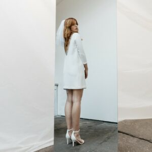 By Romance - Robe courte blanche Discrète. Robe de mariée manches longues simple et fluide. Acheter en ligne et dans notre boutique à Paris