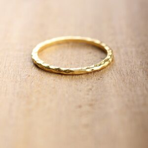 Bague anneau sculpté en plaqué or. Bijou créateur façon mix and matcgh. Disponible acheter boutique paris et en ligne sur notre eshop