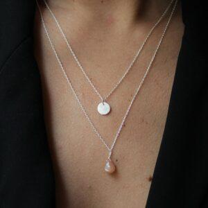 Collier double pendentifs médaille et pierre de couleur. Bijou bohème chic plaqué or fait main. Disponible dans notre boutique à Paris et en ligne