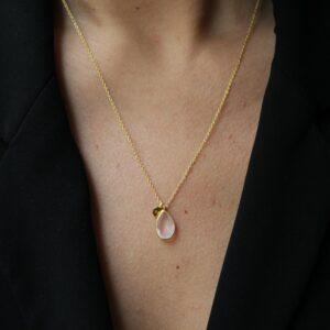 Collier pendentif goutte pierre naturelle - plusieurs coloris. Bijou bohème chic en argent et plaqué or. Disponible dans notre boutique à Paris et en ligne