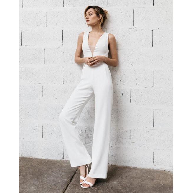 By Romance - Combinaison pantalon blanche Charly. Tenue de mariée simple et fluide. Acheter en ligne et dans notre boutique à Paris