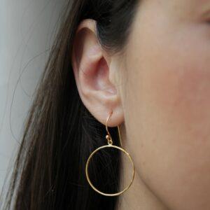 Boucles d'oreille créoles plates plaqué or. Bijou bohème chic en argent et plaqué or fait main. Disponible dans notre boutique à Paris et en ligne
