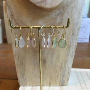 Boucles d'oreille dormeuses goutte pierre naturelle. Bijou bohème chic en argent et plaqué or. Disponible dans notre boutique à Paris et en ligne